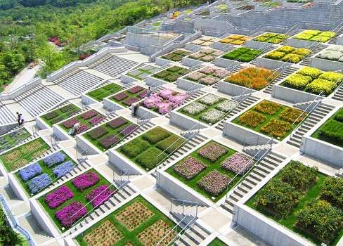 淡路島舞台百段苑,安藤忠雄為淡路島舞台披上綠衣,在荒蕪海岸植上彩色花卉,一年四季都有不同的花卉。
