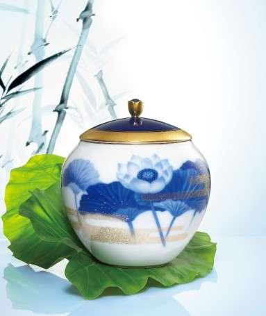 畫師們承襲大倉家訓:「創作不可多得的瓷器」,以青蓮象徵著人在褪去一生的洗練後,回歸到最原始的樣貌,宛如初生。(圖/龍巖提供)