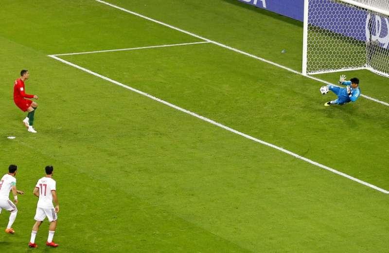 C羅(紅衣)錯失12碼罰球,葡萄牙錯失分組第一晉級16強。(美聯社)