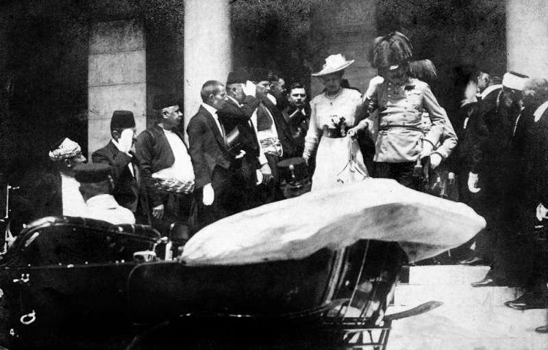 塞拉耶佛事件,又稱弗朗茨·斐迪南大公及蘇菲,霍恩貝格公爵夫人遇刺案。圖為暗殺前幾分鐘,大公和他的妻子在塞拉耶佛市政廳門前登上自己的車子時的照片。(Karl Tröstl?@Wikipedia/CC BY-SA 3.0)