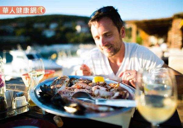 想要單純透過吃海鮮直接改變精子品質、數量及活力,效果非常有限。(圖/華人健康網提供)