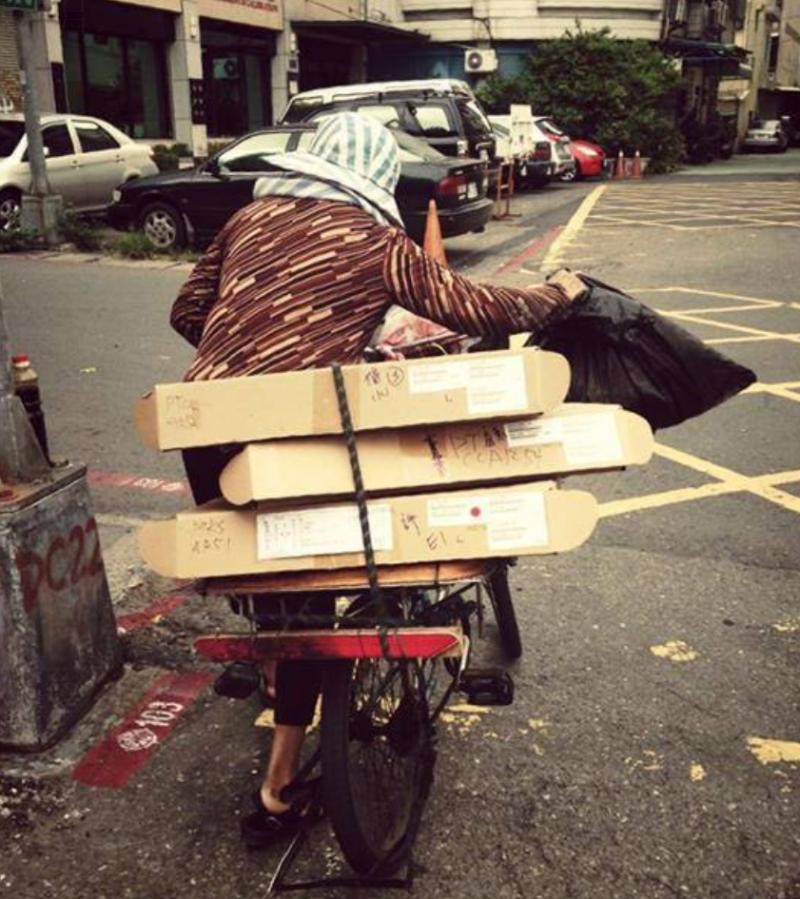 我們時常能看到回收者穿梭於巷弄中,頂著烈日辛苦收集回收物,然而他們的平均月收入卻僅有不到1萬5千元。(圖/取自把回收拿給阿公阿嬤)