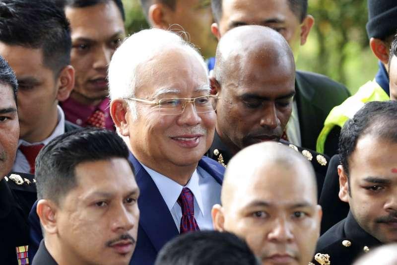 馬來西亞前總理納吉4日上午在吉隆坡首次出庭應訊。(美聯社)