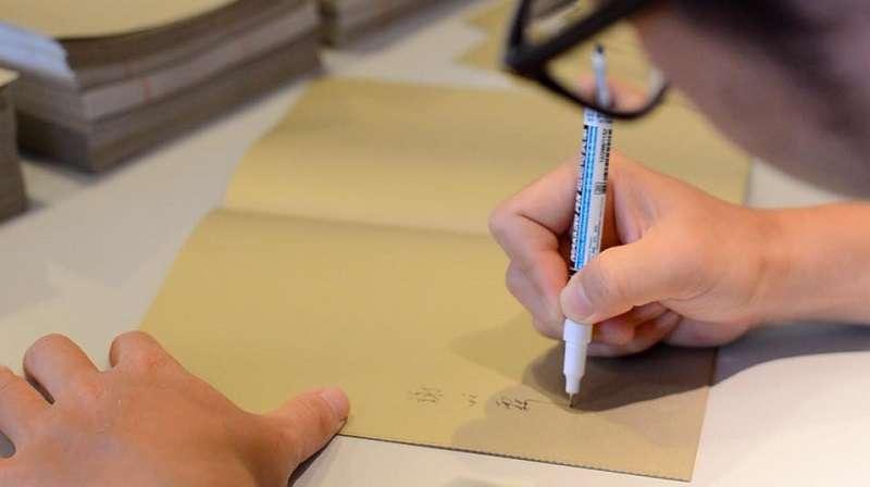 20180705-《走河》作者謝旺霖簽書。(時報文化提供)