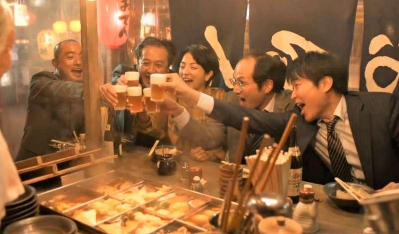 醫師建議,男性1天不喝超過2罐啤酒,女性不要超過1罐,男性喝紅酒以304c.c(酒精濃度12.5%)為限。(示意圖非本人/翻攝自youtube)