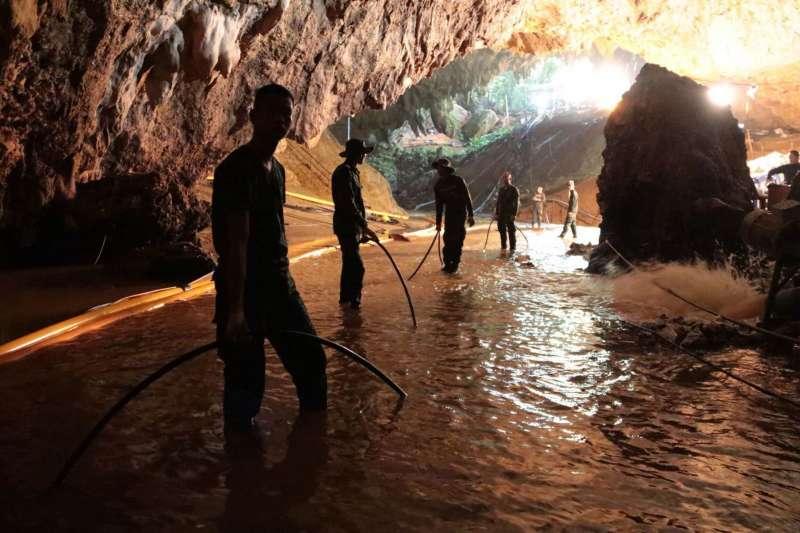 2018年7月8日,泰國北部清萊府12位青少年足球隊員與1位教練受困地下洞穴,救援行動開始(AP)