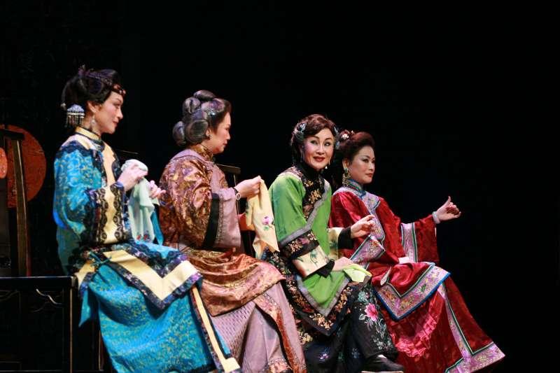 右起大奶奶(劉海苑)、七巧(魏海敏)、親家母(羅慎貞)、雲妹妹(劉珈后)坐成一排,以抽象的動作打麻將。(邱坤良提供)