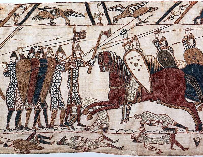 巴約掛毯,這個部分描繪騎馬的諾曼第士兵攻打徒步作戰的英格蘭士兵(Wikipedia/Public Domain)