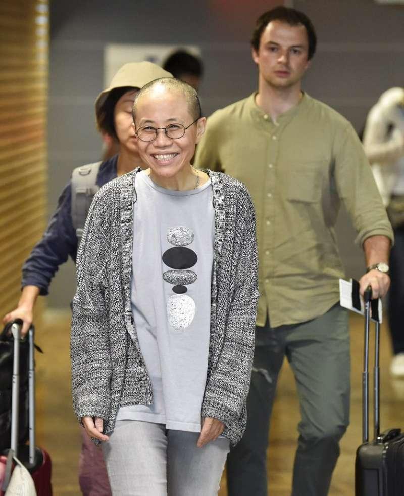 劉曉波遺孀劉霞10日抵達芬蘭赫爾辛基機場,終於呼吸到自由空氣的她,臉上堆滿笑容。(美聯社)
