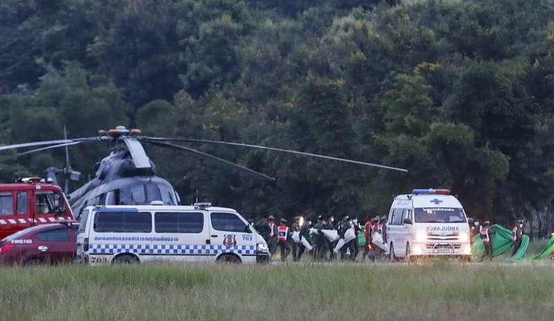 7月10日,泰國當局展開第3波救援行動,受困泰北清萊洞穴的足球隊員與教練全數獲救(美聯社)