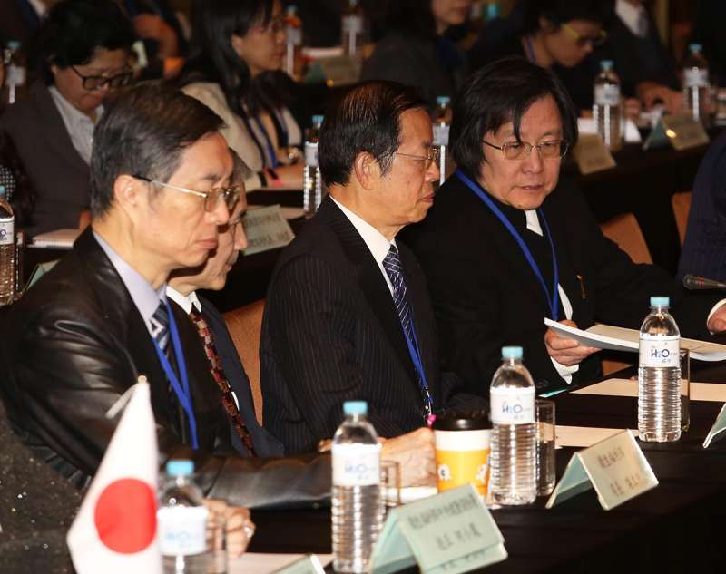 謝長廷(右二)和邱義仁(右一),在與日本外交上分進合擊。(郭晉瑋攝)
