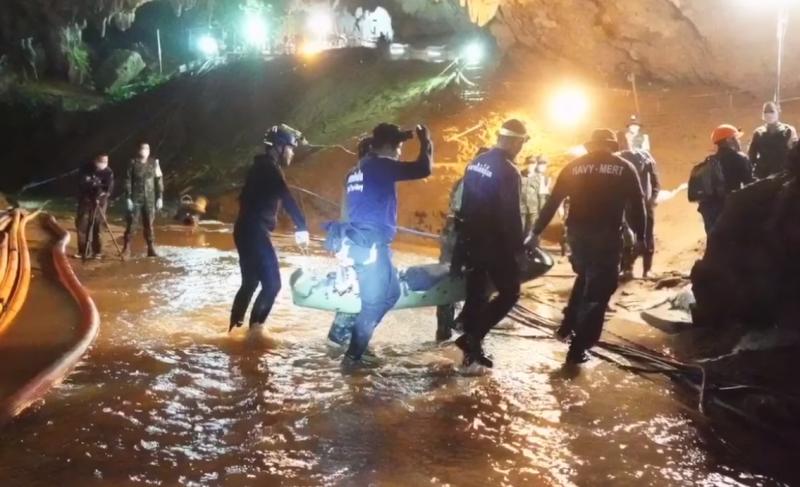 泰國清萊洞穴的救援行動相當困難,幸好最後任務圓滿完成,受困的13人全數出洞(截自@ThaiSEAL/Facebook)