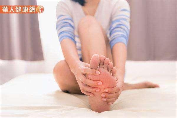腳底板抽筋痛到不能動時,一定把握「反方向慢慢扳開」的原則,避免操之過急,以免造成拉傷。(圖/華人健康網)