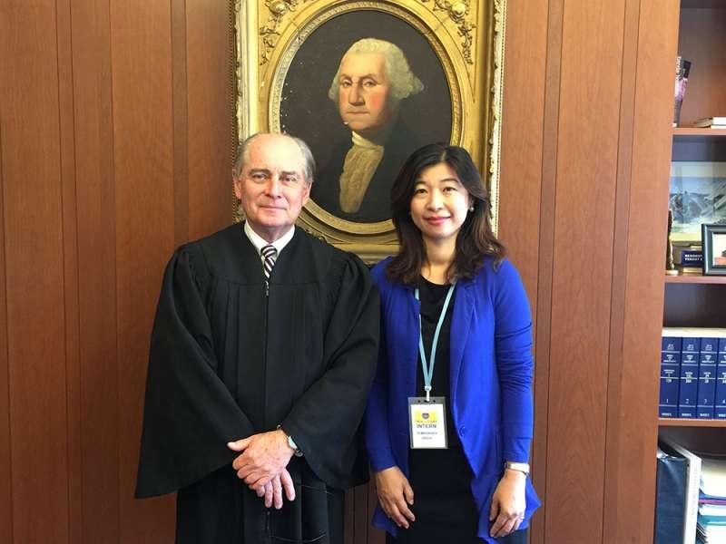 盧筱筠(右)和麻州波士頓地方法院法官(左)合影。(盧筱筠提供)