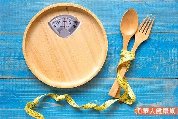 良好的減脂計畫應兼顧飲食和運動,每天吃「對」的食物,減少含糖飲料及油炸類的攝取。(圖/華人健康網)