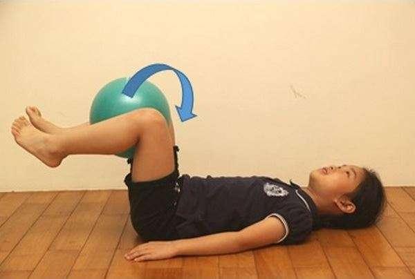 屈膝抬腿運動。(圖/鄧奕廷物理治療師)