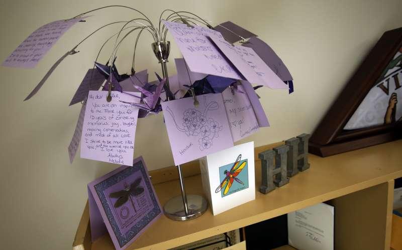 海爾的母親布蘿的辦公室一角,這裡放著各界寫給海爾的悼念話語(AP)