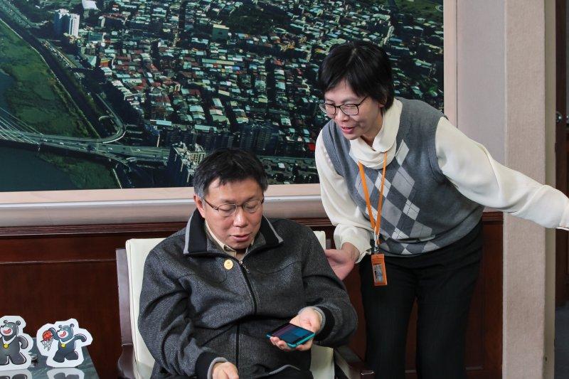 台北市長柯文哲專訪中,辦公室主任蔡壁如入內告知市長有來電。(顏麟宇攝)