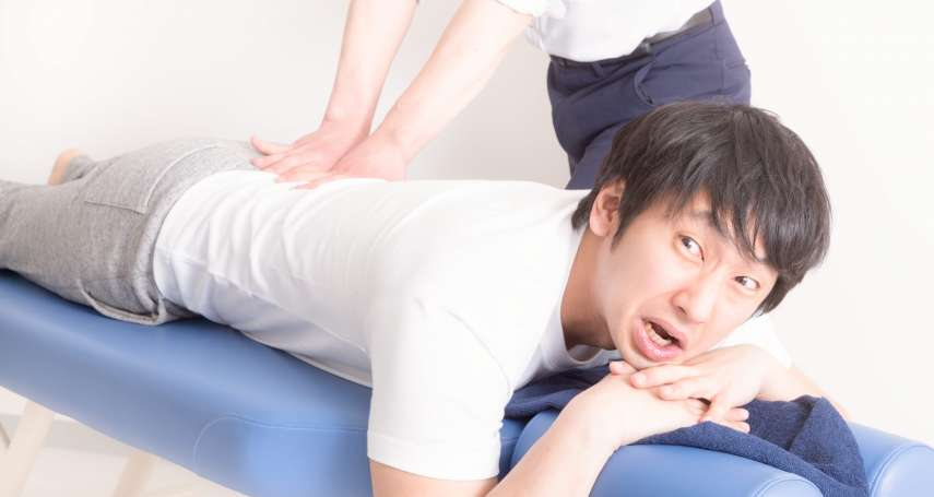 脊椎側彎別輕忽,嚴重恐要開大刀、長期復健!骨科醫生列8大徵兆,在家就能自我檢查