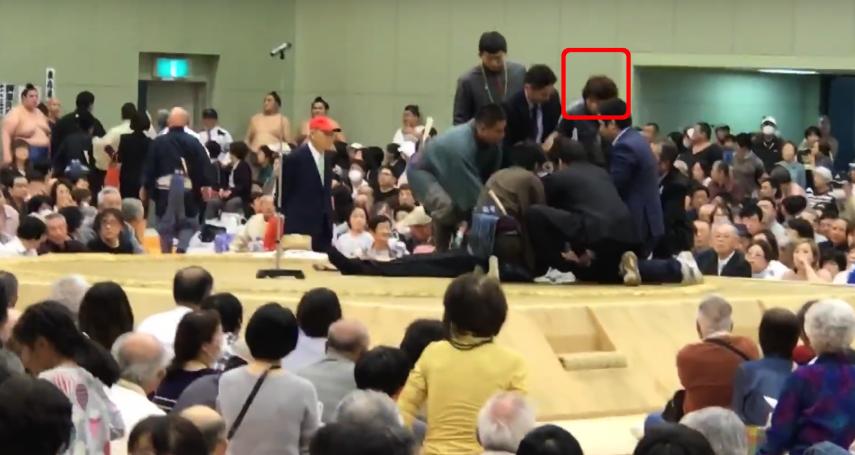 「請女性從土俵上下來!」舞鶴市長致詞時腦中風倒地,相撲裁判竟要求女性醫護人員離開