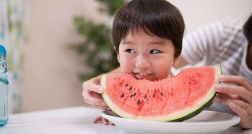 為何長輩老是說「晚上別吃西瓜」?中醫師解答:容易腸胃不適、筋骨痠痛,還有這些症狀…