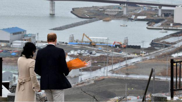3月1日,威廉王子2011年福島地震重災區向遇難者敬獻鮮花。(BBC中文網)