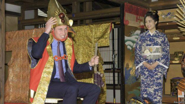 威廉王子訪問日本期間,時常表現出當代英國王室越來越平民化的意識。(BBC中文網)