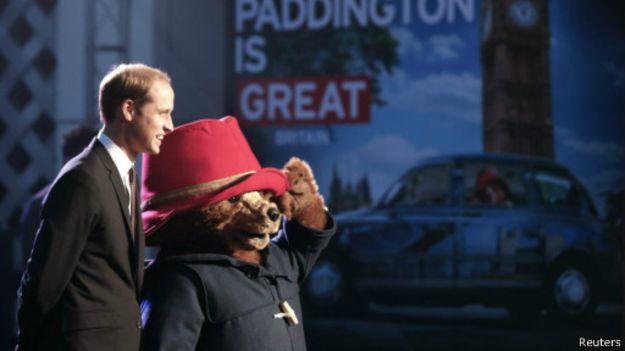 威廉王子和帕丁頓熊在首映式上一起走過紅毯。(BBC中文網)