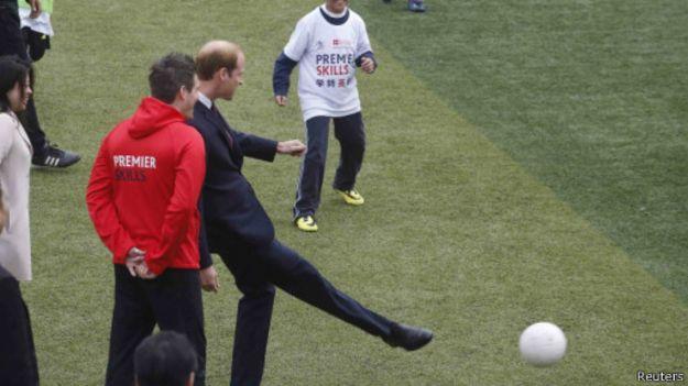 威廉王子也熱愛足球,並在場上即興秀了一下球技。(BBC中文網)