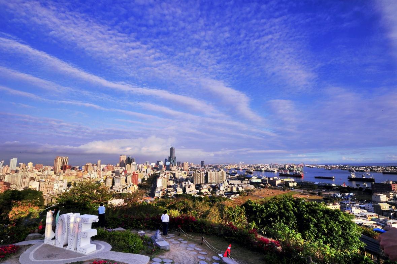 跟著韓劇《女王之花》遊高雄,場景之一的情人觀景台能飽覽高雄的河港美景。(圖/楊勝宏)