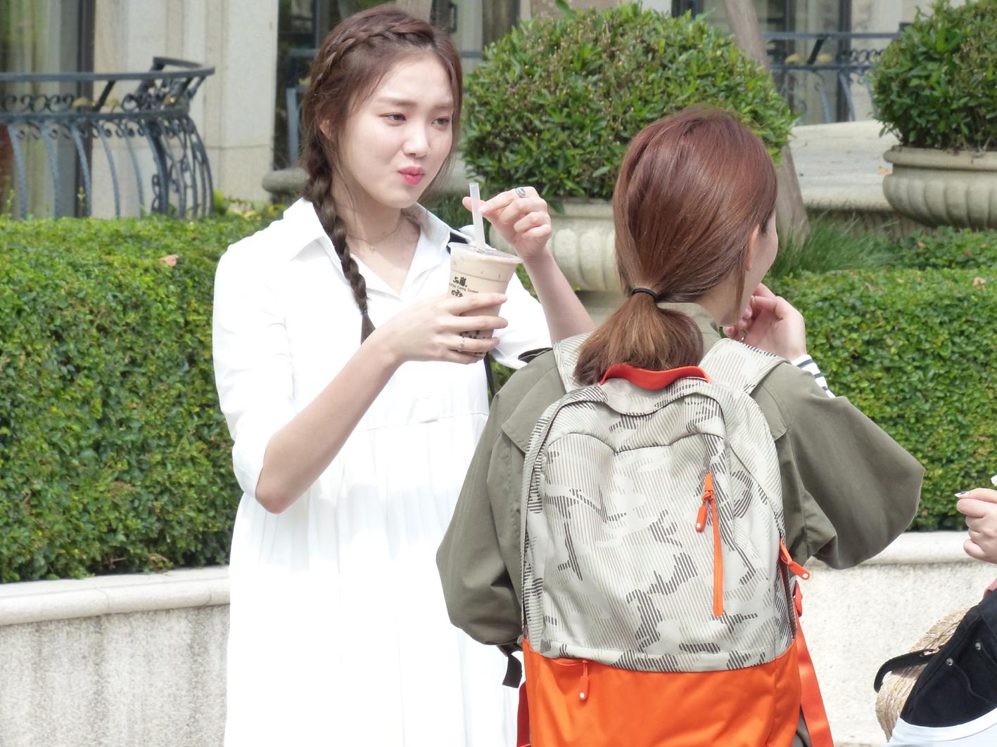 高雄市政府觀光局日前前往劇組探班,送上台灣珍珠奶茶,《女王之花》女主角李聖經(左)喝得津津有味。