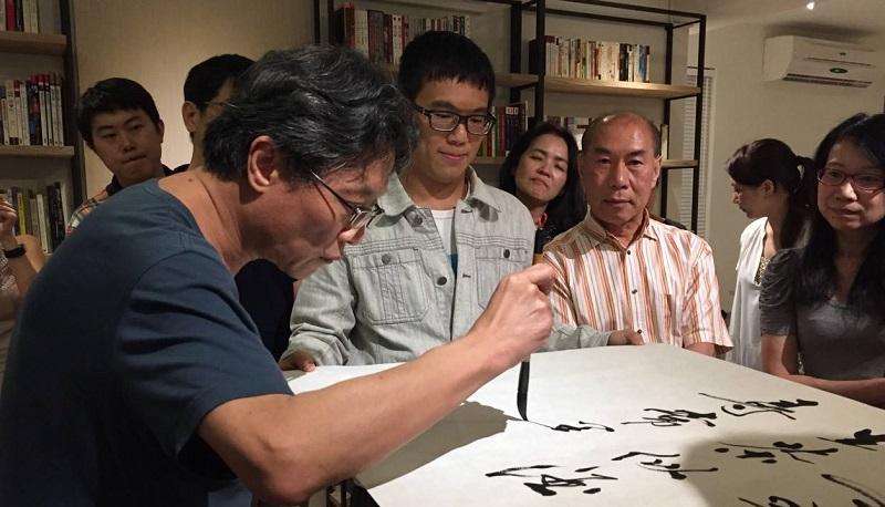 張大春在青田藝集揮筆。(取自青田藝集臉書)