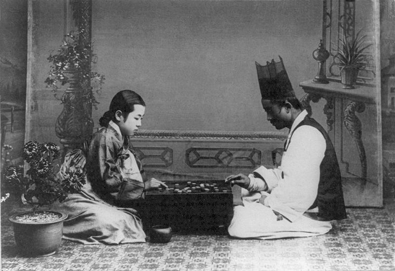 南韓女子圍棋比賽少,女棋士比需跟男性爭獎金收入。圖為1900年代韓國民眾玩圍棋。圖片來源:維基百科