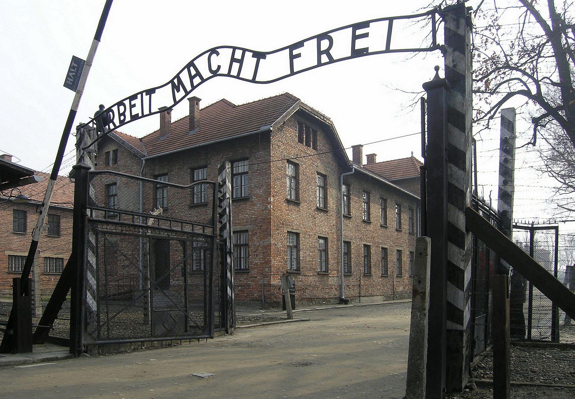 奧斯維辛集中營的入口,橫幅的德文就是著名的集中營謊言:「勞動帶來自由。」(ARBEIT MACHT FREI)(維基百科)
