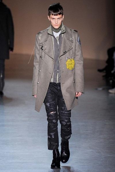 模特兒必須保持冷酷表情,這對開朗的皮爾斯是一件艱難的任務。(圖/Red NYC Models)