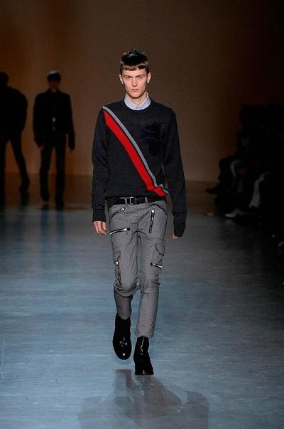 即使身為業餘模特兒,皮爾斯仍不忘教師本分。(圖/Red NYC Models)