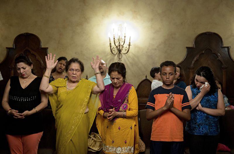 尼泊爾大地震,民眾聚集祈福。