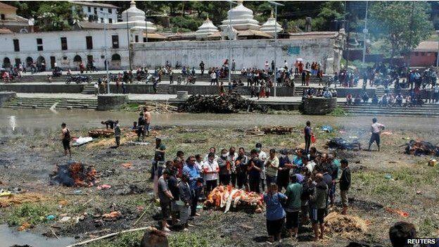 災民爲罹難者舉行簡單的火化儀式。(BBC中文網)