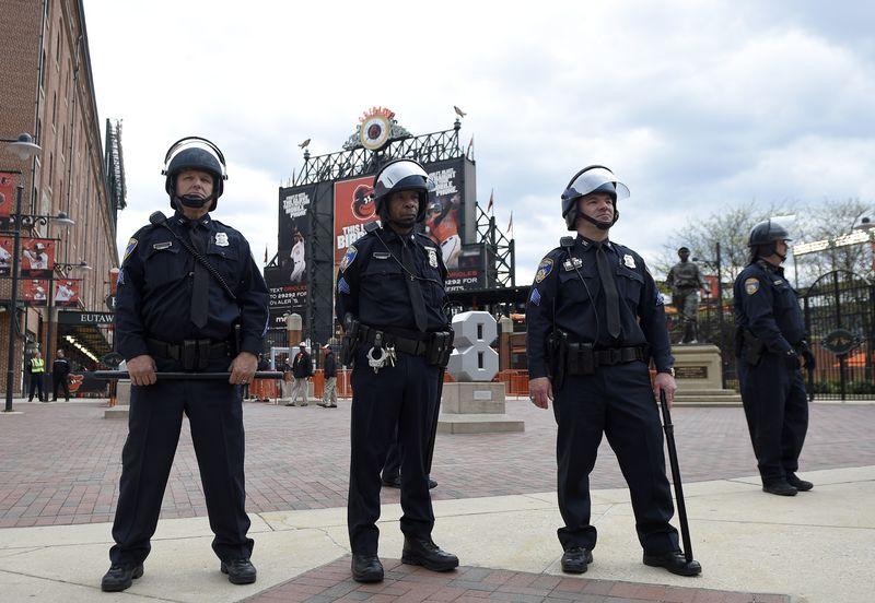 警察在巴爾的摩金鶯隊(Baltimore Orioles)的坎登球場(Camden Yards)外嚴加戒備