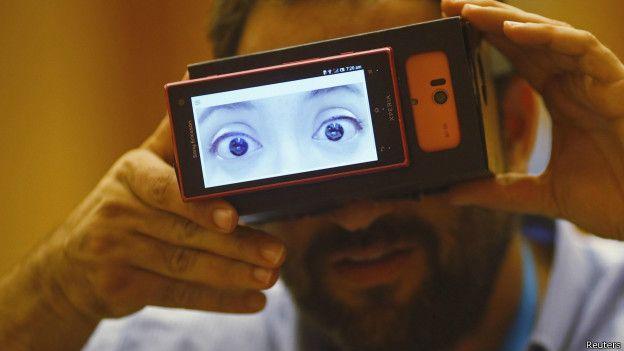 新加坡一場科技展覽上展示可穿戴電子眼。(BBC中文網)