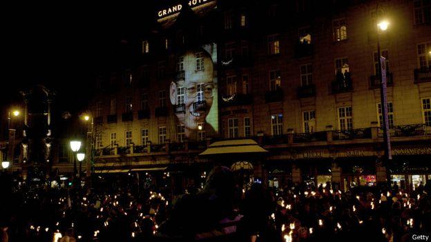 中國被囚的異見作家劉曉波在2010年被授予「諾貝爾和平獎」時,舉行頒獎儀式的挪威城市奧斯陸一家酒店外有人群集會向其畫像致意。(BBC中文網)