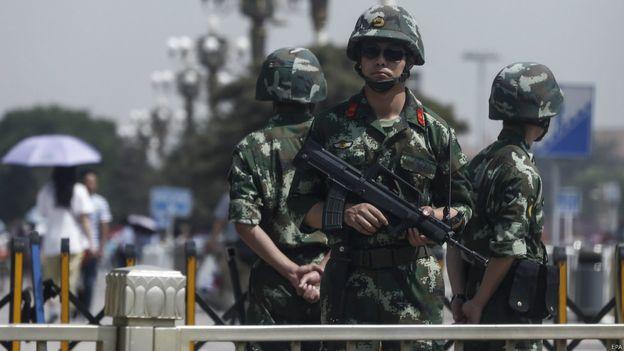 北京天安門廣場上有手持輕機槍的武警站崗。(BBC中文網)