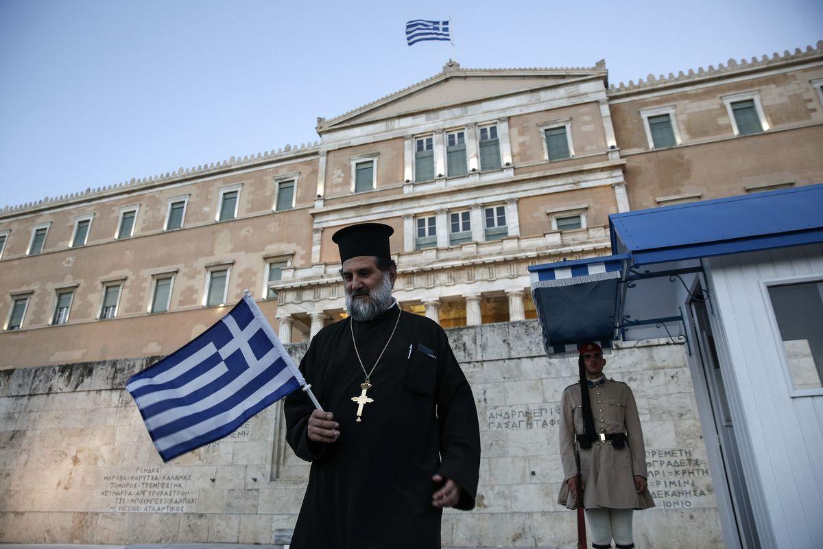 在財政危機中支持希臘政府的東正教士(美聯社)
