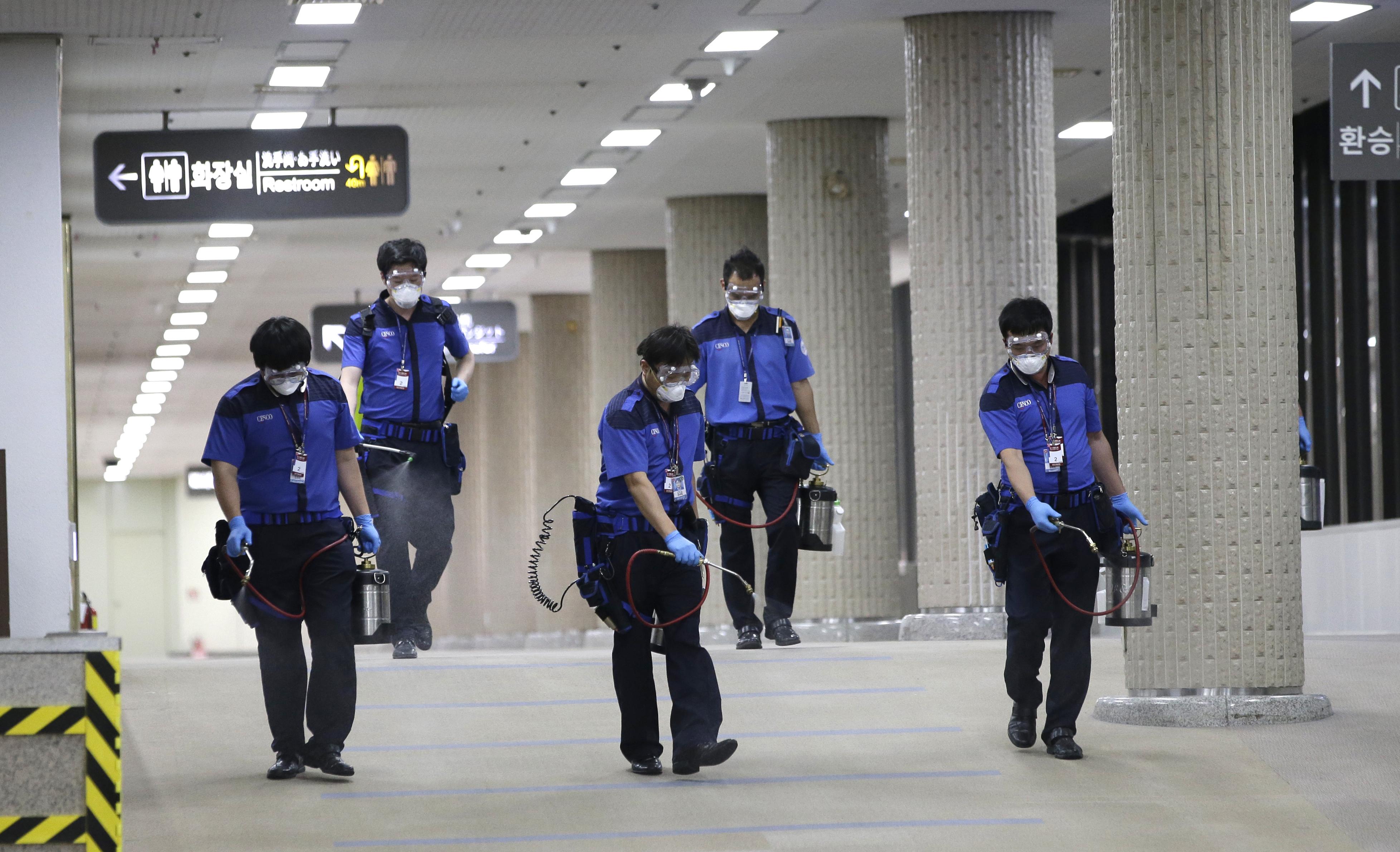 金浦機場正在加強消毒工作。(美聯社)