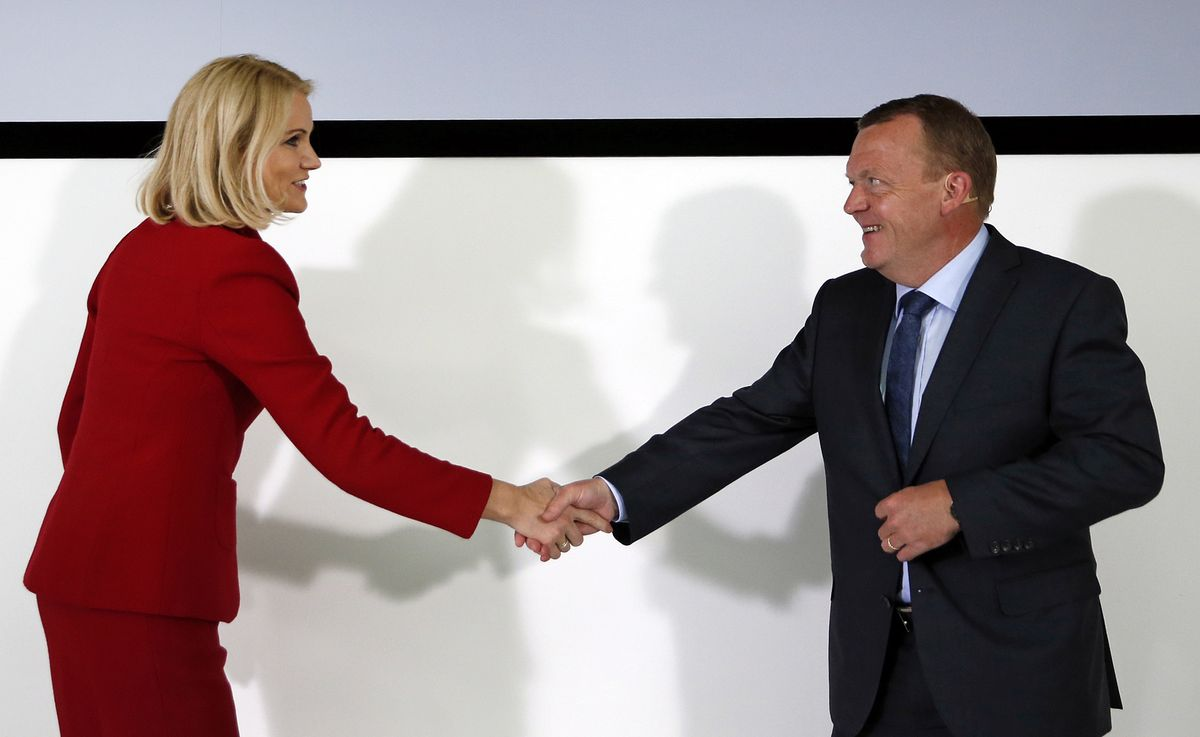 丹麥總理托寧.施密特(Helle Thorning-Schmidt,左)承認敗選,恭喜即將執政的自由黨(Venstre)領導人拉斯穆森(Lars Løkke Rasmussen)。(美聯社)