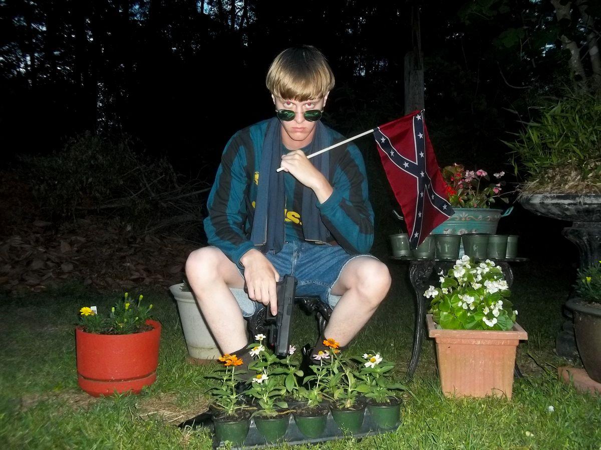 南卡羅來納州教堂屠殺案兇手魯夫(Dylann Storm Roof)手持邦聯旗(Confederate flag)的自拍照。