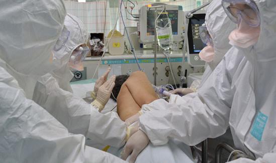 乙支大學醫院的護士們正在為MERS重症患者翻身。(翻攝中央日報)