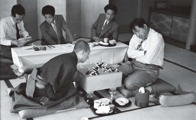 吳清源(左)與藤澤庫之助的十番棋對奕。