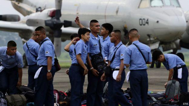 周二早上6點多,日本海上自衛隊員和菲律賓軍人搭乘該P3C軍機參加預定周三在巴拉望島以西80至180公里的海域上空正式實施的一天軍訓(圖為菲律賓軍人)。(BBC中文網)