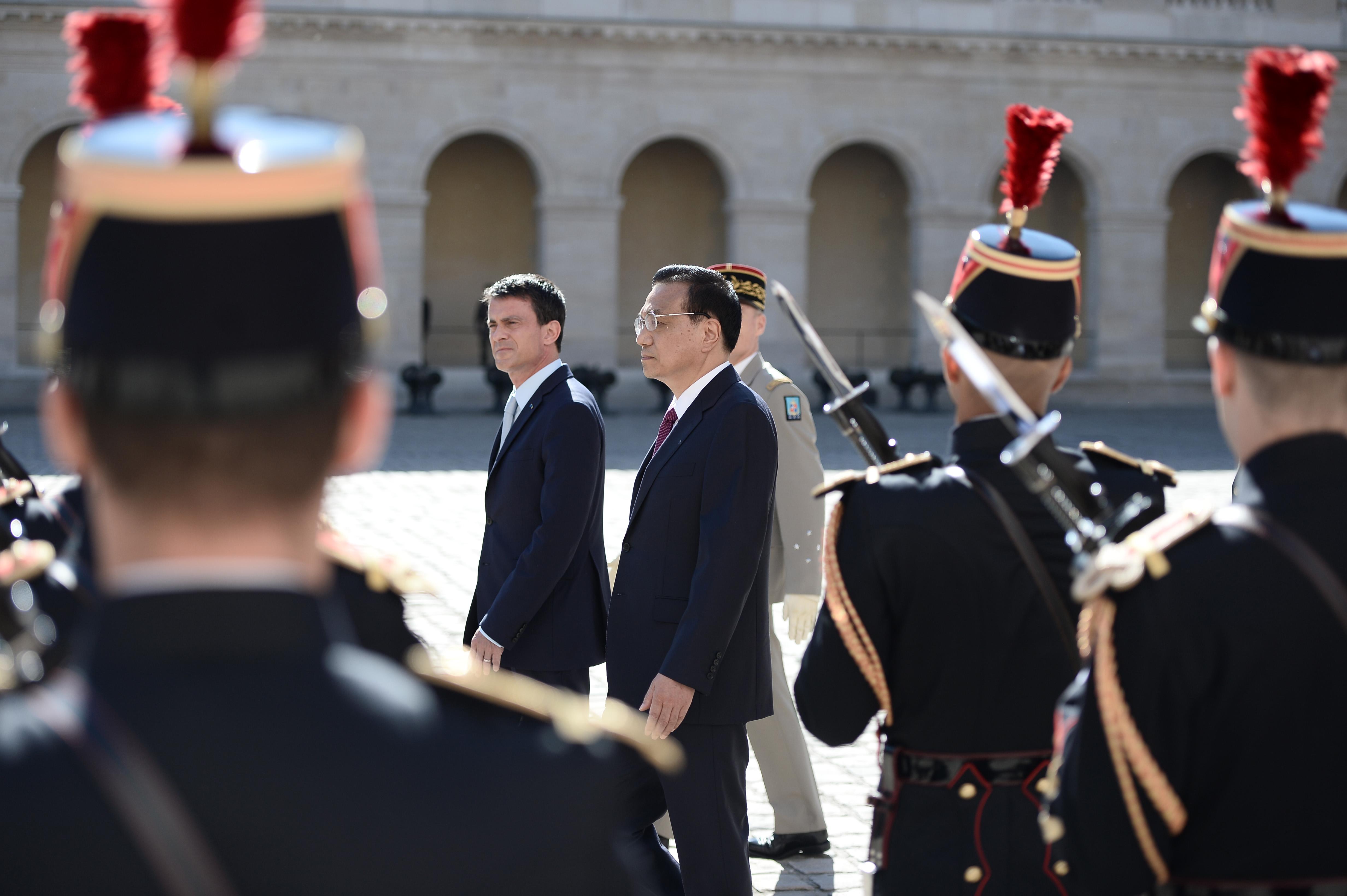 李克強訪法,法國總理瓦爾舉行歡迎儀式。(美聯社)